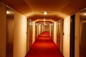 コープ・オリンピアのホテルのような共用廊下