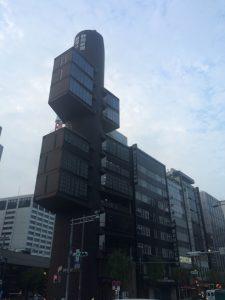 同じくメタボリズムの代表作・丹下健三設計の静岡新聞・静岡放送東京支社ビル