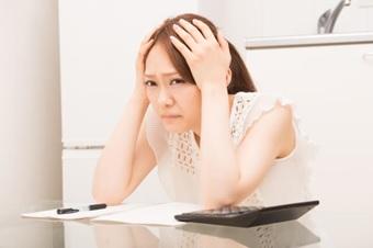 頭を抱える女性4(不都合な真実)2