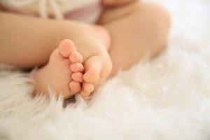 赤ちゃんの足「小学校入学直前に引っ越し」は正解か?! マンション購入のタイミングについて考えてみた。(住井はな)