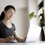 室内でパソコンをする女性