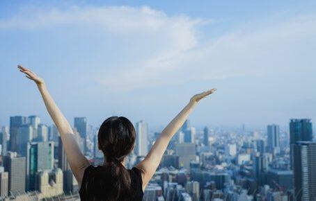手を上げている女性