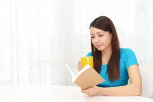 読書している女性